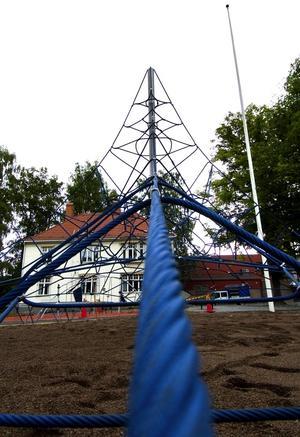 Dags för lek. Det nya aktivitetsnätet är gjort av stålvajrar.