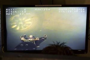 En tv-monitor visar att undervattensroboten hittat en bil nere på 17 meters djup i Nybergets gruva i Smedjebacken.