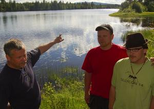 Hjälplös. Ingvar Gegerfeldt, till vänster, konstaterar att 300 meter uppströms orkade inte Rasmus, till höger, kämpa emot strömmen. Av en tillfällighet upptäckte Jakob Hed att Rasmus var hjälplös i strömmen. Ingvar och Jakob gav sig ut i båten och räddade Rasmus, som var på väg att ge upp.