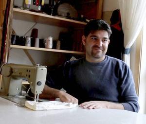 Ibrahim Hargo från Syrien syr om kläder på loppisen YMSA i Österfärnebo.