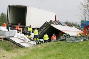 Många arbetade vid olycksplatsen även under gårdagen.