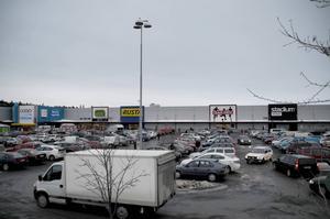 Företrädare för Socialdemokraterna i Östersund skriver att Moderaterna uppträder oansvarigt vad gäller exploateringen i Lillänge. Samtidigt framhåller de att frågan om handel på betongtomten inte är avgjord. Ärendet är pausat.