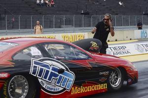 Magnus Petersson brukar vanligtvis sitta bakom ratten på sin Pro stockbil, men den här helgen hade han överlåtit chaufförssysslan till sin son Martin.