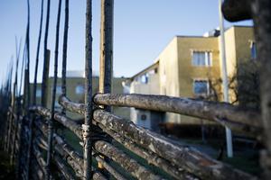 5. Gärdesgård runt 50-talshus.