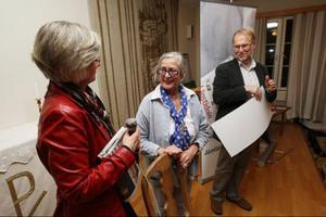 Kulturredaktör Åsa Eriksson Ahnfeldt och chefredaktör Lennart Mattsson ger Rosa Taikon årets kulturpris.
