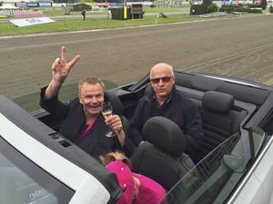 Alla ägare till segerhästar får åka bil från vinnarcirkeln och till stallbacken medan de hyllas av publiken. I baksätet sitter Modo-ikonen Sture Andersson, som är en av ägarna till Twigs Briard som vann första loppet under Elitloppshelgen på Solvalla. I framsätet sitter Even Elvenes, som också är delägare av Twigs Briard. Övriga två delägare, Lars Lindh och Per Lennartsson är ej med på bild.