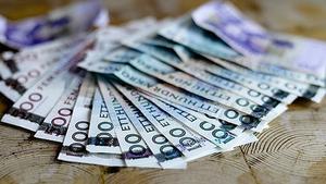 Två män ska ha försökt tvinga till sig 10 000 kronor av en man från Fagersta, som i förhör uppgett att han känt fruktan över konsekvenserna om han inte betalade.