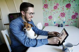 Ola Ström, 27, jobbar ofta hemifrån. Hunden Aska verkar nöjd med att husse ofta är hemma.