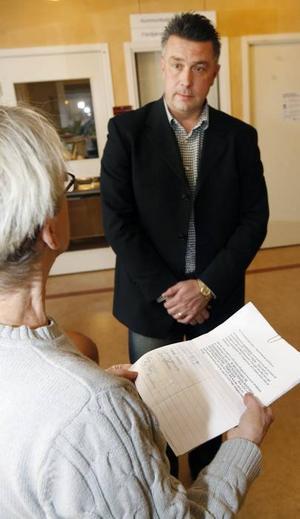 PROTESTERADE. Doris Carlsson framförde Högbobornas missnöje med de indragna bussturerna. Anders Lundell lyssnade på kritiken och tog emot protestlistor med 176 namnteckningar.