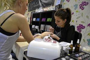 Nagelskulptrisen Beatrice Karlsson från JSBK naglar förvandlar Jessica Carlssons naglar till konstverk.