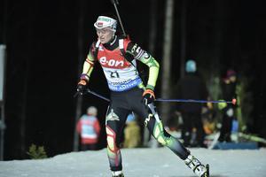 Darya Domracheva var bäst av alla och vann med 27 sekunder före Kaisa Mäkäräinen. Vitryskan vann trots ett fall på sista varvet.