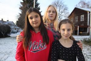 Evelina Eriksson, Vera Wikström och Siri Holma är besvikna över att mellanstadiet inte ska få vara med i luciatåget på Gnarps skola.
