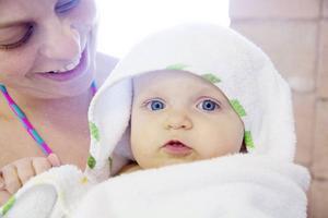 – Det är jättemysigt och hon tycker det här är superkul.Det säger Caroline Lagergren som går på babysim med dottern Li, 10 månader.