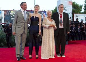 Skådespelarna Steve Coogan och Sophia Kennedy Clark samt regissören Stephen Frears, gjorde Judi Dench sällskap under galapremiären av filmen