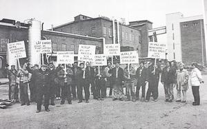 Demonstrationer. Anställda på boardfabriken protesterar mot nedläggningen 1983.  I spetsen står huvudskyddsombudet Lennart Olsson.