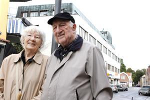 """Pensionärerna Gunnel, 78, och Rune 90, Aronsson är tveksamma till den nya fribeloppet. """"Det kommer ju innebära dyrare skatt för de som inte kan ta del av det"""", säger Rune Aronsson."""