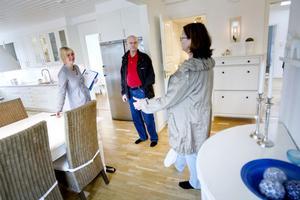 Malin Hagberg visar Arne Assander och   Anna Assander en lägenhet på Engelbrektsgatan.