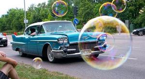 Här blåser barnen såpbubblor medan vi kollar på bilar, blev en cool bild tycker jag! Varmt som sjutton var det den dagen!