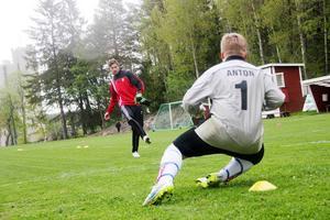 Emil Hedvall kör målvaktsträning med Anton Andersson på Stuvarvallen i Söderhamn. I kväll väntar ny allsvensk match mot Häcken.