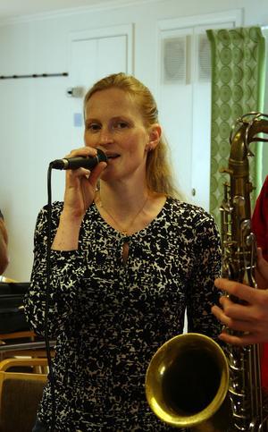 Åsa Emtelin, står för sången under de intensiva kursdagarna i Torpshammar.