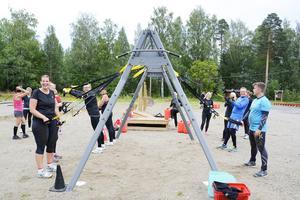På en ställning mitt i träningsparken finns plats för TRX-band som Bräcke SK har med sig på sina pass.