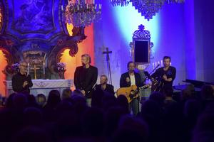 Tommy Nilsson, Uno Svenningsson och Patrik Isaksson inledde konserten med en countrydoftande version av