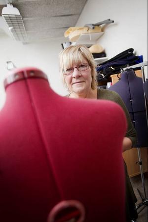 Kostymören Carina Eriksson har sytt kläder sedan hon var liten, då hennes mamma kom hem med tyger från jobbet inom textilindustrin. I dag syr hon kostymer till olika föreställningar i länskulturens regi, men är även engagerad i till exempel