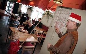 Ulf Persson assisterade Tilde Warg vid fiskdammen, där hennes fiskafänge belönades med  ett block med penna.FOTO: MIKAEL ERIKSSON