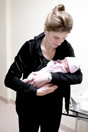 Efter drygt nio månader i magen vågade sig lilla Amanda ut. Till mamma Effies stora glädje.