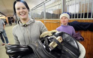 Jonna Brosten har sadlat av, men bara tillfälligt, hästar är nämligen livet för Årets hästskötare 2010. Bredvid Jonna går lillsyrran Hilma.