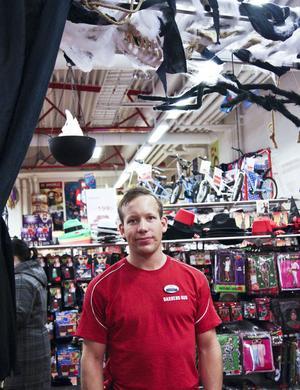 Scream-masker funkar i alla halloweenlägen, enligt Fredrik Edh, butiksansvarig på Barnens hus.