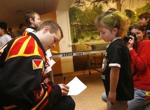 Felicia Westelius fick en autograf av Niclas Andersén och mamma Camilla förevigade ögonblicket.