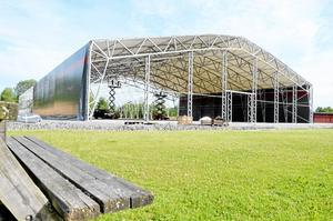 30 år. Fotbollshallen börjar ta form så sakteliga. Väggar och tak består av en plastduk, som beräknas ha en livslängd på trettio år.  BILD: ULRIKA STOETZER