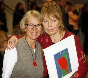 Maud Hedén-Wikander (t.h.) fick ta emot kulturpriset av kommunens kulturchef Gunhild Åkerblom.Foto: BENGTERIC GERHARDSSON