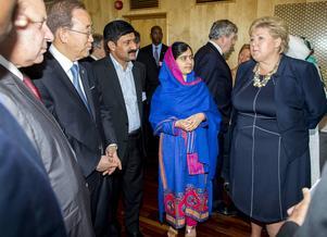 Malala Yousafzai och hennes far Ziauddin i Oslo med bland andra Norges statsminister Erna Solberg och FN:s generalsekreterare Ban Ki-moon.