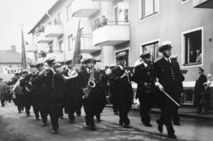 Metalls musikkår marscherande längs en av Borlänges gator.