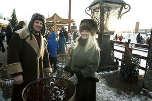 Jimmy Persson och Forshaga Gabriella Hjalmarsson eldar i sina gigantiska ljuslyktor av gamla oljefat.