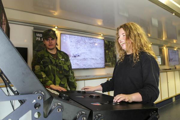 Sofia Högare från Vemhån testar det förenklade pilottestet med assistans av Niklas Hallquist från Militär region norr.