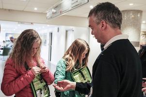 Jonas Holm köpte årets första majblommor av Linn Mossnelid och Thea Björkman.