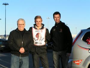 Dan-Åke Moberg, ordförande, Simon Gustafsson och lagledaren Dalle Andersson. Junioren Simon Gustafsson stannar i klubben.
