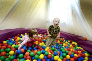 """gillar bollarna. Emelie Ivarsson, snart tre, och Johannes Hauser, snart två, gillar att deras nya dagis Smultronet har ett bollhav att leka i. """"Man kan både simma i det och kasta bollar"""", berättar de."""
