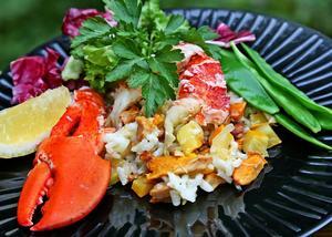 Hummer toppar kantarellrisotton som förutom svamp och ris även innehåller nyskördad zucchini och schalottenlök.   Foto: Dan Strandqvist