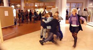 Elever från Nybo skola visade hur de främjar sin hälsa genom att dansa.