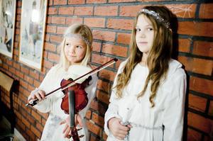 Lovisa Tostemar spelade luciasången på fiol. Hon och kompisen Felicia Strand var två av 18 tärnor.