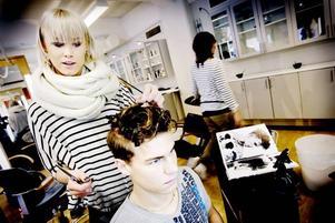 Gillar killmodeller. Angelica Pennerdahl skapar en hyfsat vild frisyr, med inspiration från USA, på Andreas Tano. Han är rutinerad, han har varit modell på flera hårvisningar tidigare.
