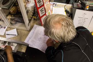 Runt 200 personer skrev sitt namn på protestlistan på två dagar.  Här Skriver Per-Inge Eriksson under.