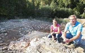 I dag ser det ut så här sedan mycket av dagbrottet har fyllts igen med jordmassor. Hanna Bergman (t v) renhållningschef, och Micael Grandin, allt-i-allo. Foto: Curt Kvicker
