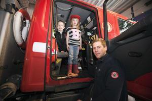 Brandmannen Martin Nilsson visade Emil och Linnea Moffatt runt på brandstationen.