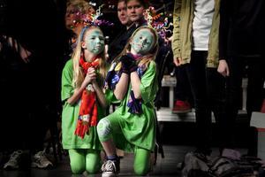 De två små lössen, Linnéa Rödin och Tilda Lagerhäll, sjunger och dansar.