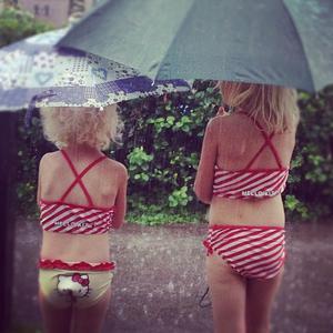 När det bara regnar och regnar på sommarlovet får man gör det bästa av det! systrarna Agnes 5 ½ år och Ellen 3½ år har skoj ändå! -Hoppa i vattenpölar med baddräkt -är SUPER SKOJ!!